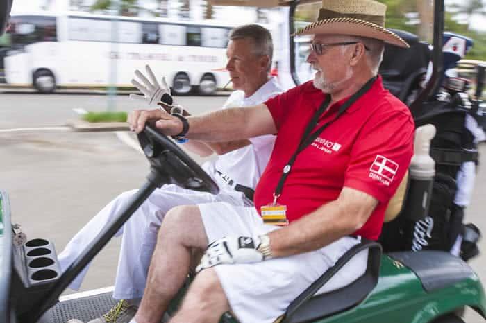 Arne Jensen og John Lindholm på vej til 1. tee